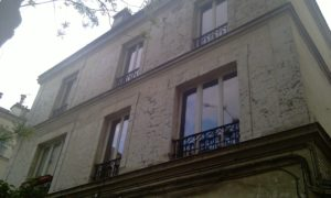 La maison de Léon 58, rue de Saussure, où vivait la famille de Léon et où furent arrêtées son épouse Sarah et sa fille Estelle à la suite d'une dénonciation