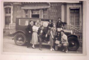 La voiture de Léon. Y posent Léon, son épouse Sarah et leurs trois filles, ainsi que mon père Lieto